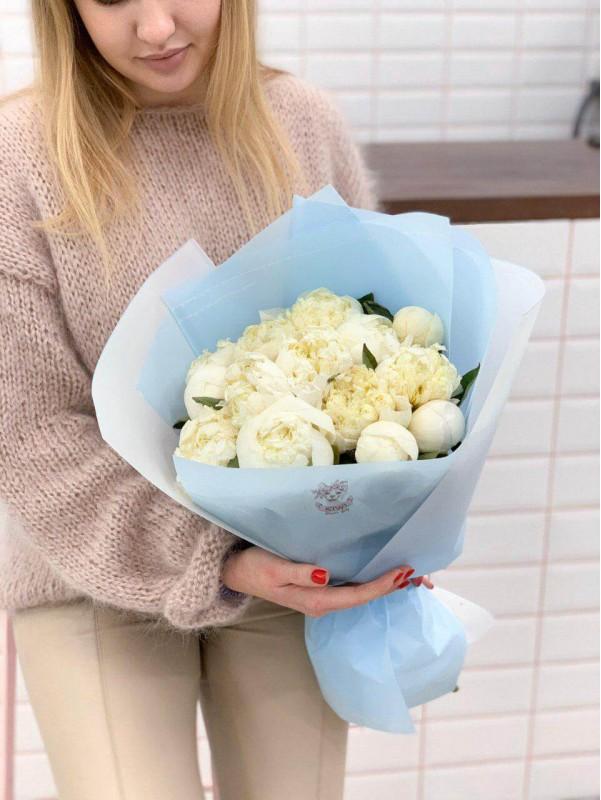 Монобукет из пионов в упаковке 'Зимний пион' от Kiwi Flower Shop