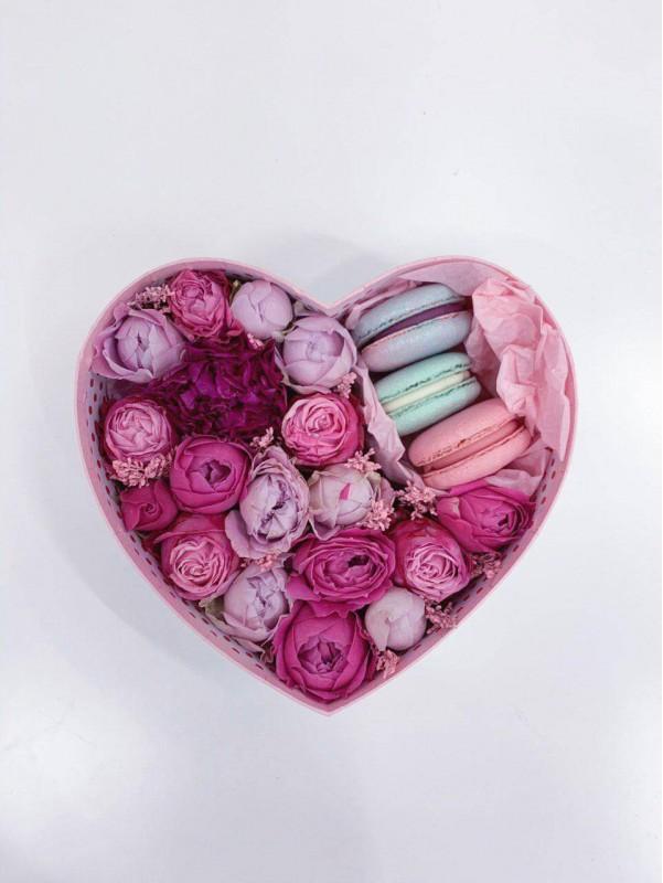 Коробка в формі серця з макаронс 'Pink heart with macarons' від Kiwi Flower Shop