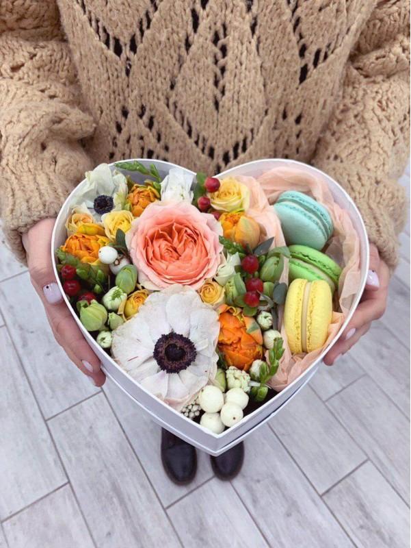 Коробка в форме сердца с макарунами 'Sunny box' от Kiwi Flower Shop