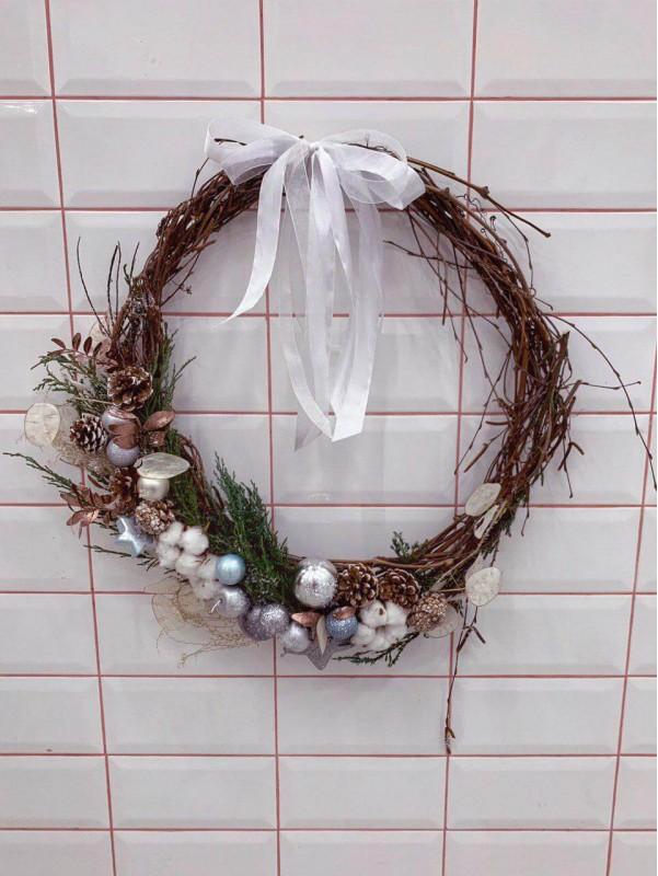 Різдвяний вінок ручної роботи 'Silver Christmas wreath' від Kiwi Flower Shop