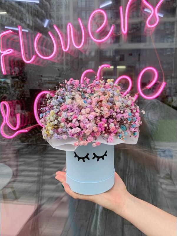 Композиция в шляпной коробке с радужной гипсофилой 'Rainbow box' от Kiwi Flower Shop