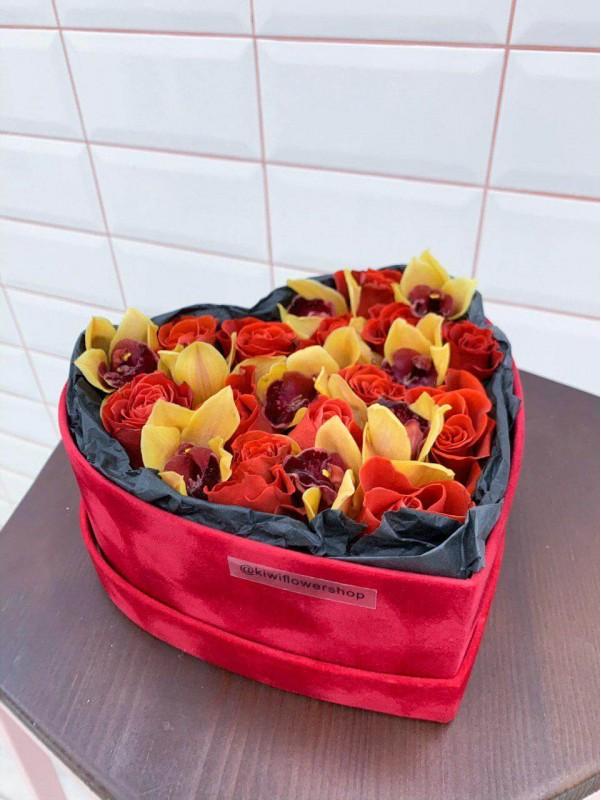 Композиция в бархатной коробке в форме сердца 'Red velvet box' от Kiwi Flower Shop