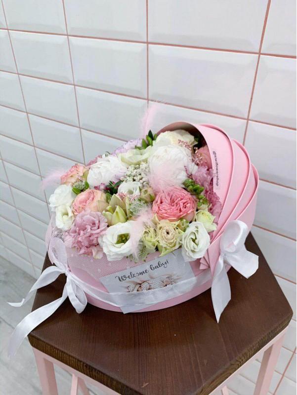 Квіткова композиція в коробці-люльці 'Welcome baby girl' від Kiwi Flower Shop