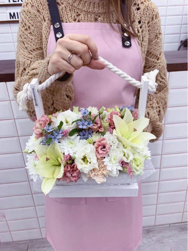 Цветочная композиция в деревянной корзине 'Flower basket' от Kiwi Flower Shop