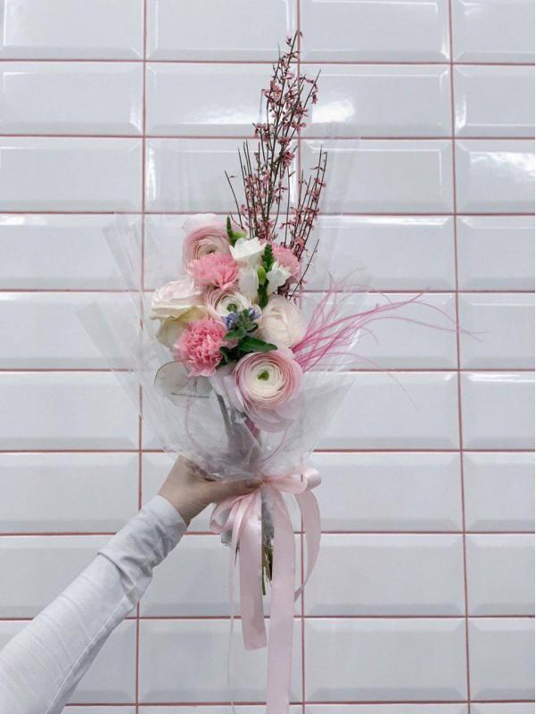 Авторский комбинированный букет в прозрачной упаковке 'Transparent tenderness' от Kiwi Flower Shop