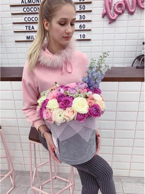 Цветочная композиция в бархатной коробке 'Grey velvet box' от Kiwi Flower Shop