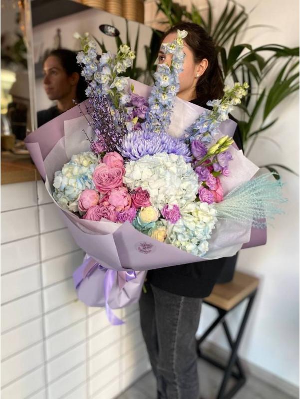 Ліловий букет з аспарагуса від Kiwi Flower Shop