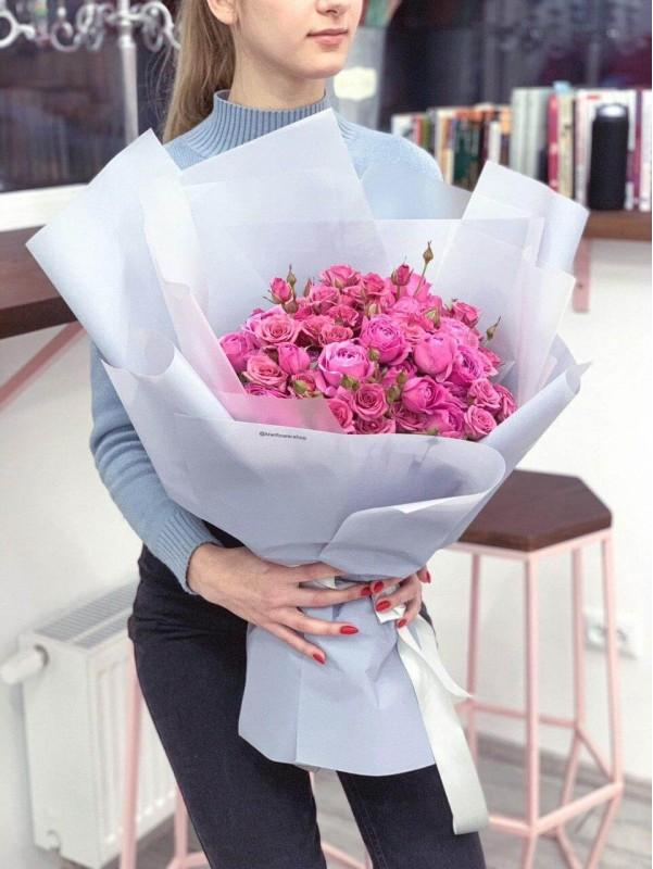 Микс кустовых роз в воздушной упаковке 'Love forever' от Kiwi Flower Shop