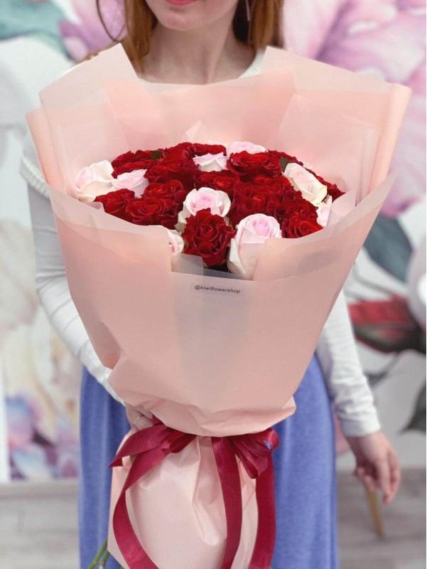 Букет из розовых и красных роз 'Pink and red' by Kiwi Flower Shop