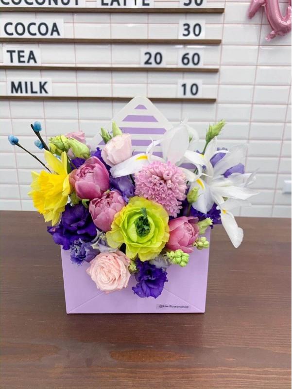 Квіткова композиція в конверті 'Spring letter'. від Kiwi Flower Shop