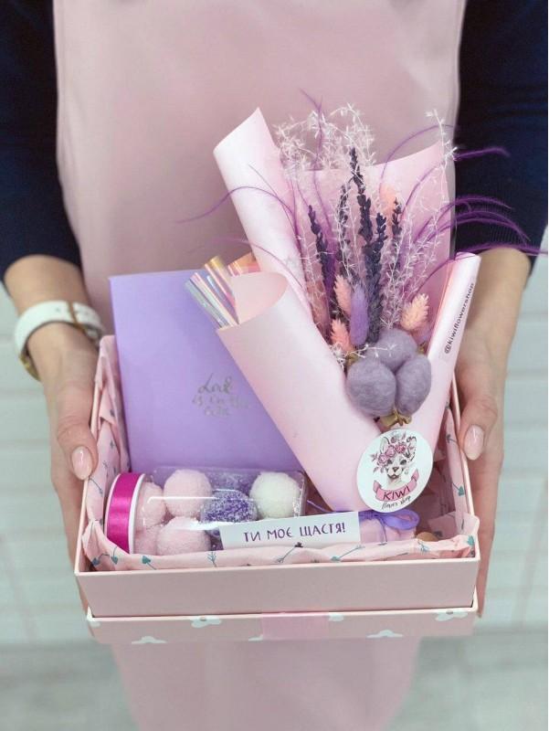 Подарунковий набір 'Pink box'. від Kiwi Flower Shop