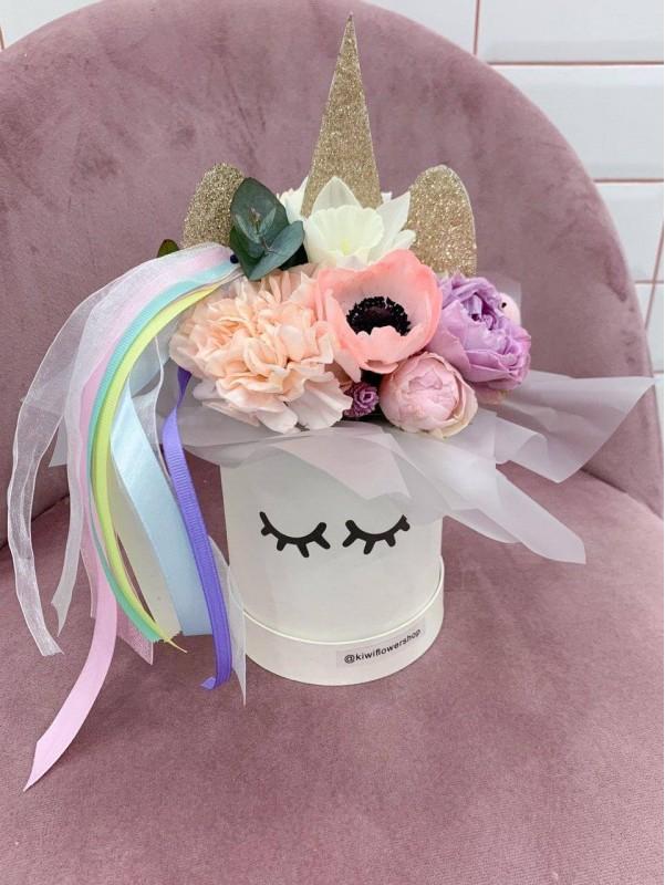 Цветочная композиция в шляпной коробке 'Малыш Единорог'. от Kiwi Flower Shop