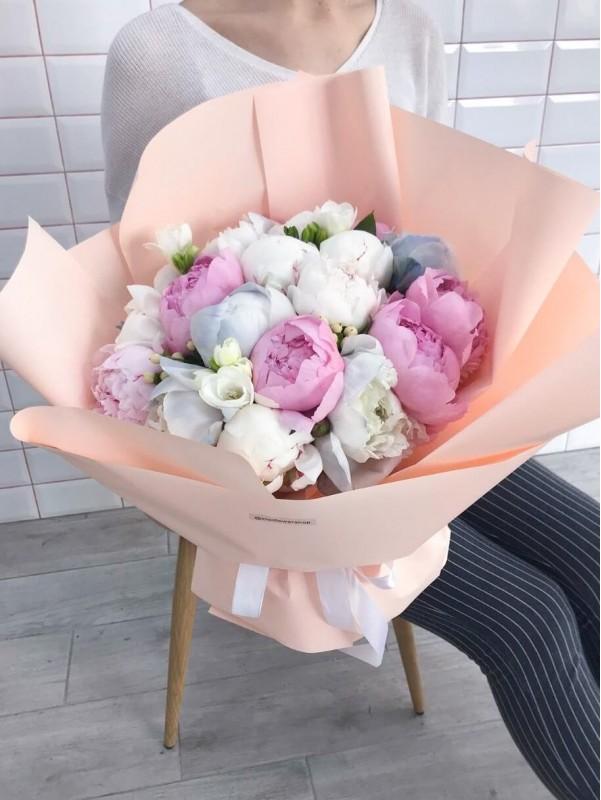 Mixed bouquet 'Peony mix' by Kiwi Flower Shop