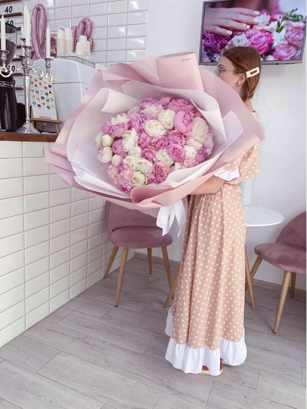 Большой монобукет из 51 пиона от Kiwi Flower Shop