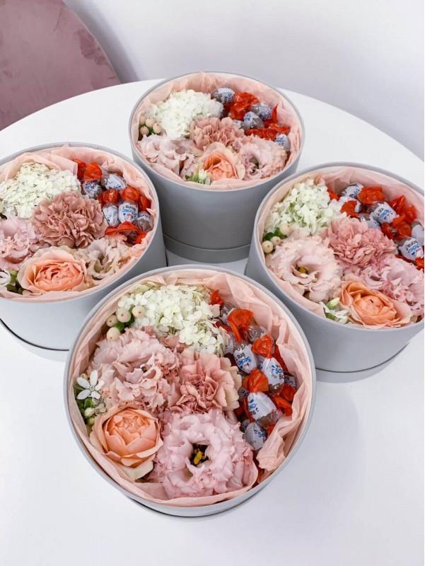 Цветочная композиция в круглой шляпной коробке с конфетами 'Цветочный сюрприз' by Kiwi Flower Shop