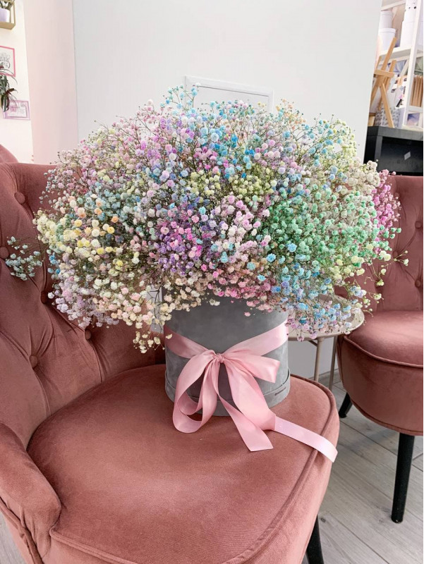 Радужная гипсофила в бархатной коробке. от Kiwi Flower Shop