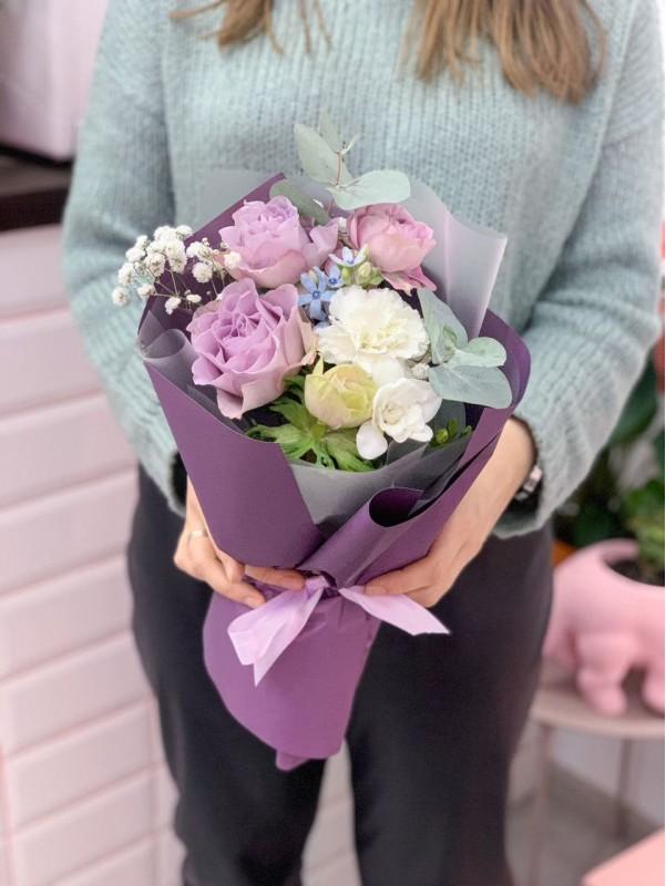 Букет комплимент с розами мемори лейн от Kiwi Flower Shop