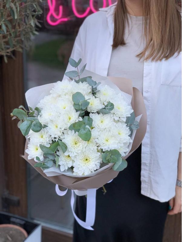Букет з білими хризантемами та евкаліптом | Монобукети від Kiwi Flower Shop