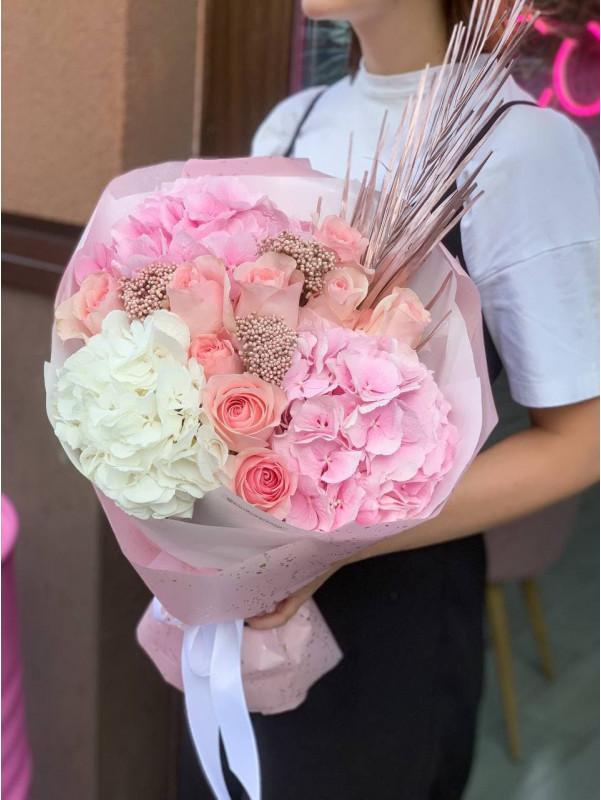 Букет з гортензіями та трояндами    Комбіновані букети від Kiwi Flower Shop