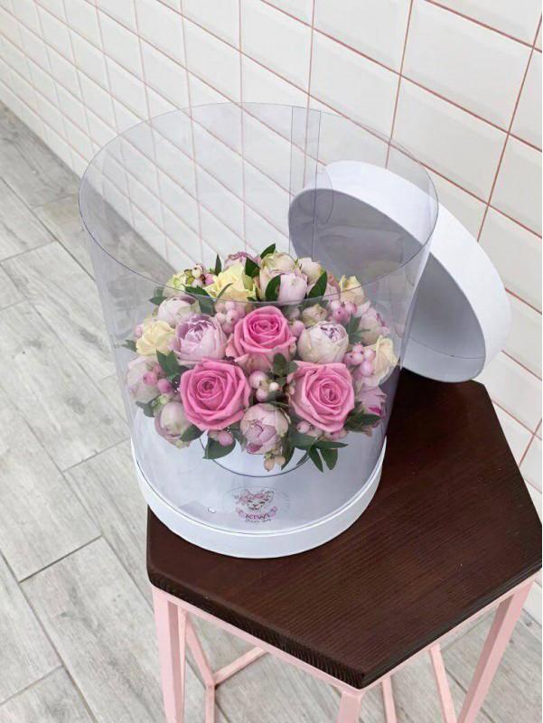 Цветочная композиция в прозрачной шляпной коробке 'Simple form' от Kiwi Flower Shop