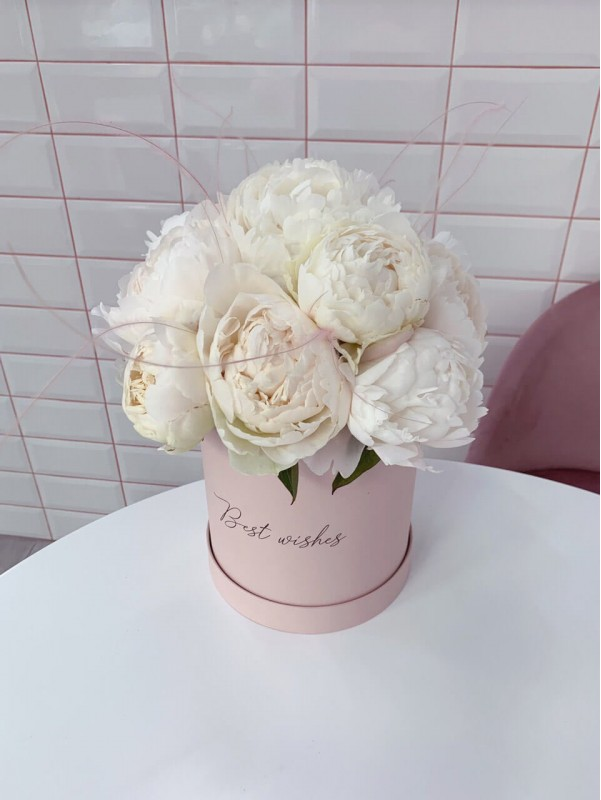 Flower arrangement of white peonies 'Marshmallow box' by Kiwi Flower Shop