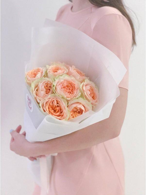 Монобукет из пионовидных роз сорта Gravity в белой упаковке by Kiwi Flower Shop