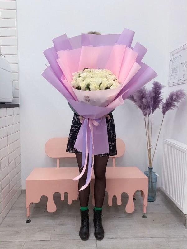 Великий оберемок з 51 білих троянд в ніжному упакуванні від Kiwi Flower Shop