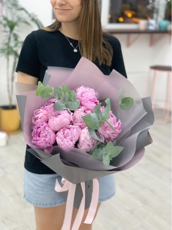 Моно букет из розовых пионов с эвкалиптом. от Kiwi Flower Shop