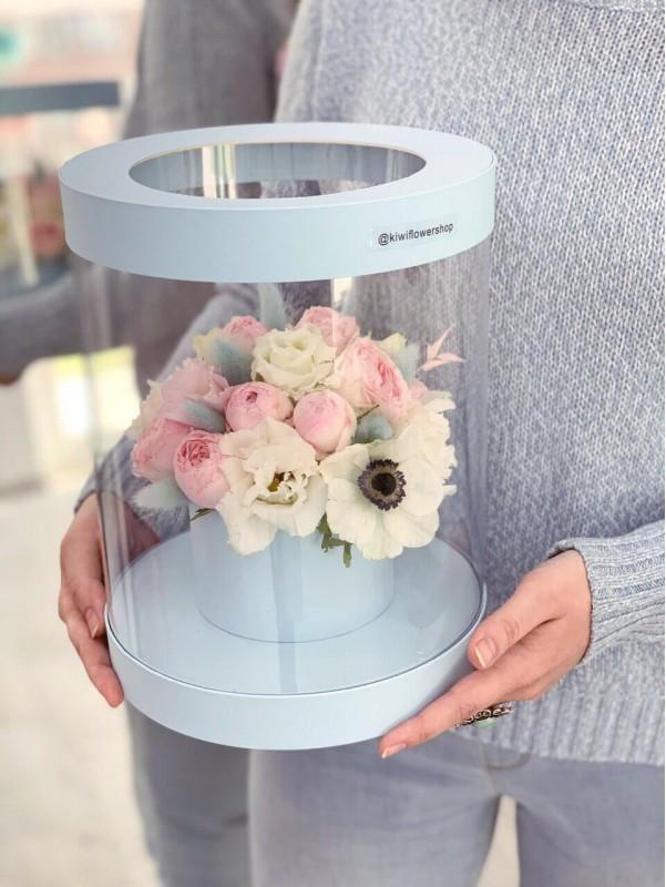 Цветочная композиция в прозрачной шляпной коробке 'Simplicity blue'. от Kiwi Flower Shop
