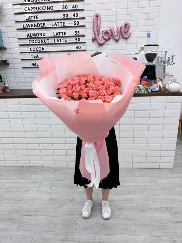 Букет из 51 метровой розы. от Kiwi Flower Shop