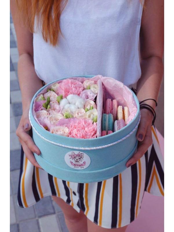 Цветочная композиция в розовых оттенках в круглой бархатной коробке с макарунами 'Мятная нежность М' от Kiwi Flower Shop
