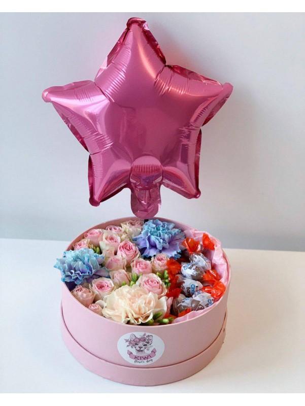 Цветочная композиция в круглой шляпной коробке с конфетами 'Цветочный сюрприз' от Kiwi Flower Shop