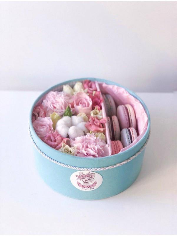 Цветочная композиция с макаронс в бархатной коробке 'Мятная нежность'. от Kiwi Flower Shop