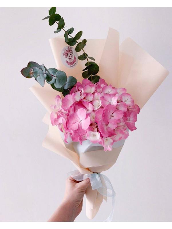 Букет из гортензии и эвкалипта в интересной упаковке от Kiwi Flower Shop