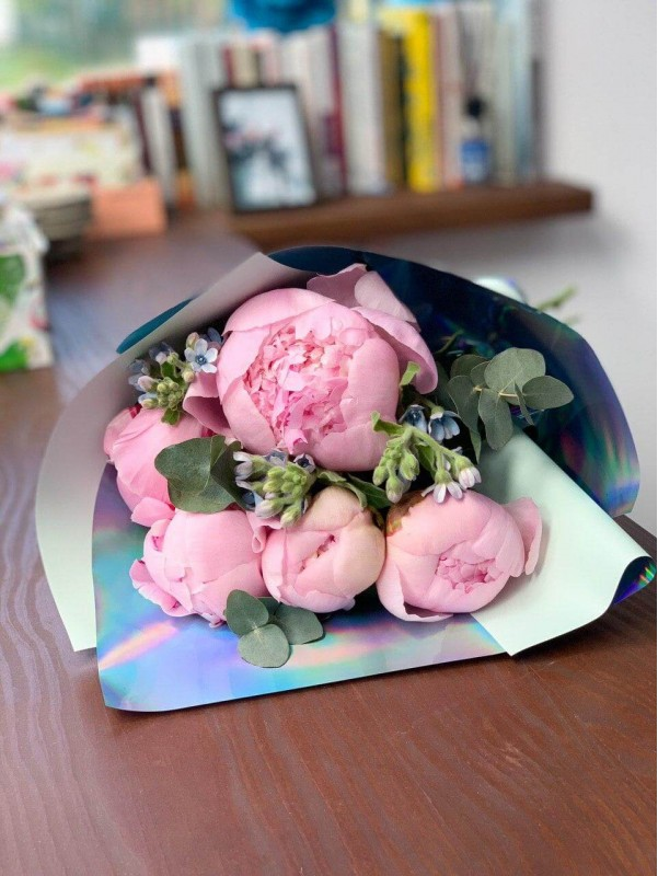 Букет-комплимент с розовыми пионами. от Kiwi Flower Shop