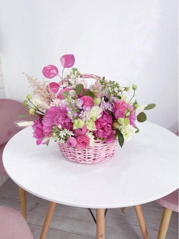 Цветочная композиция в корзине 'Flower basket'. от Kiwi Flower Shop