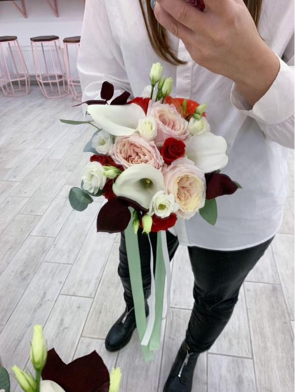 Букет нареченої в червоних відтінках 'Red and White'. від Kiwi Flower Shop