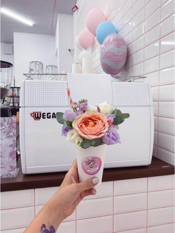 Милый букет комплимент 'Цветочный латте' от Kiwi Flower Shop