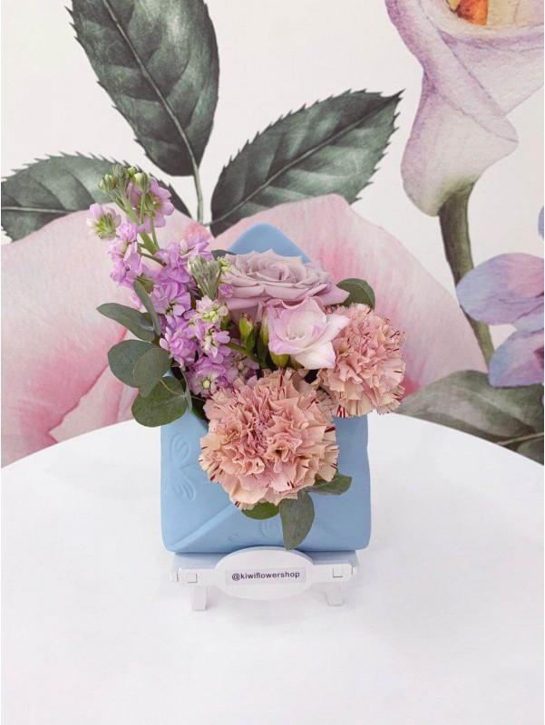 Квіткова композиція в керамічному кашпо 'Квітковий лист' від Kiwi Flower Shop