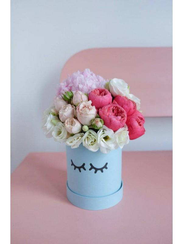 Цветочная композиция в шляпной коробке 'Flower baby' от Kiwi Flower Shop