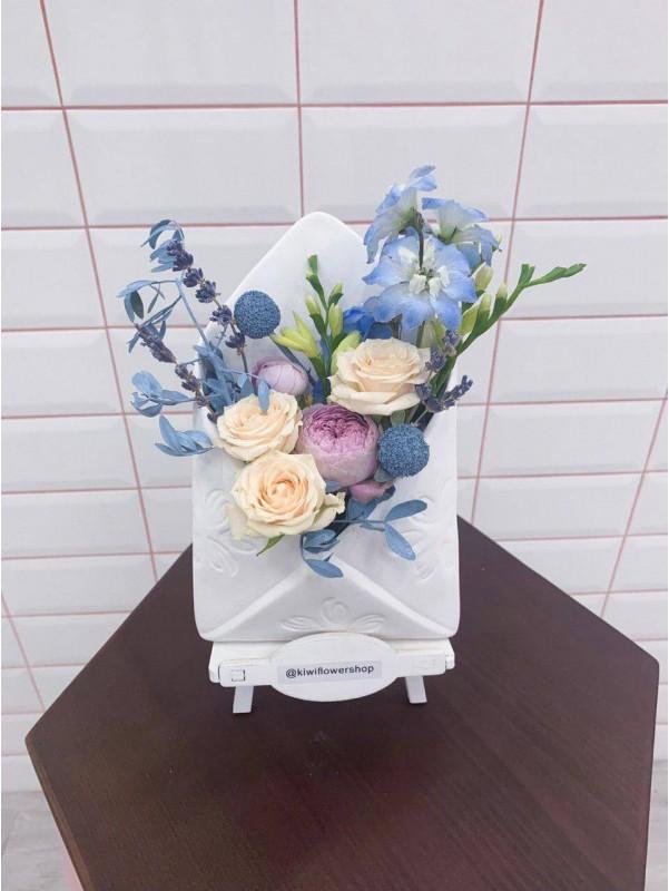 Цветочная композиция в керамическом кашпо 'Цветочное письмо' белого цвета от Kiwi Flower Shop