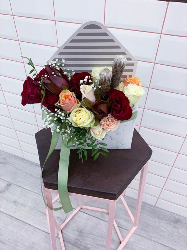 Цветочная композиция 'Envelope with flowers' от Kiwi Flower Shop
