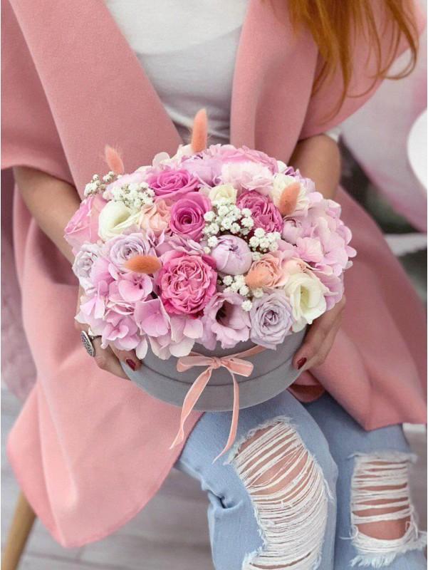 Цветочная композиция в бархатной шляпной коробке 'Purple tenderness' от Kiwi Flower Shop