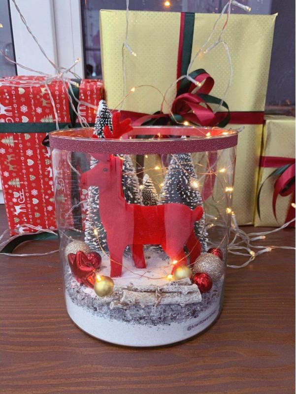 Композиція в скляній вазі 'Christmas deer' від Kiwi Flower Shop