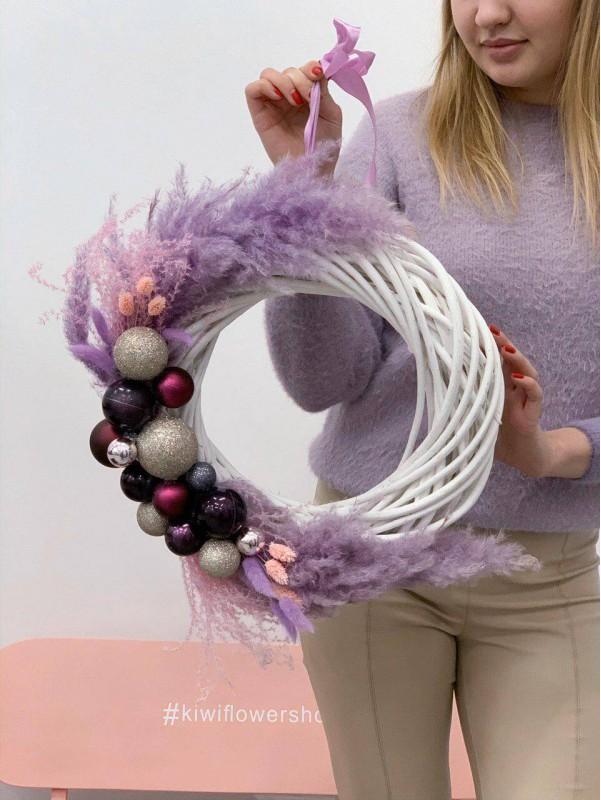 Рождественский венок ручной работы 'Lilac Christmas wreath' от Kiwi Flower Shop