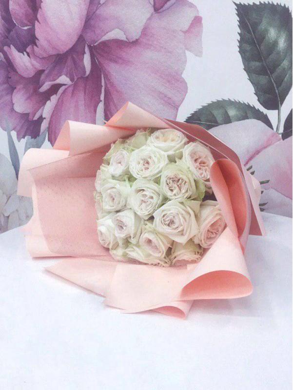 Монобукет із садової троянди 'White O'Hara', size L від Kiwi Flower Shop