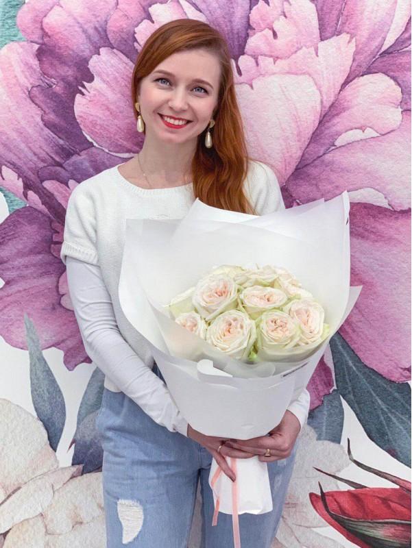 Монобукет із садової троянди 'White O'Hara', size M від Kiwi Flower Shop