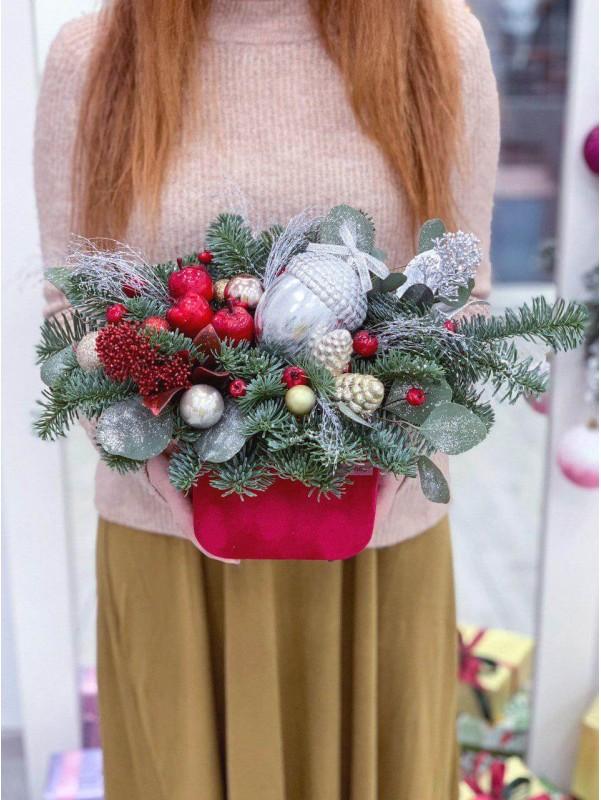 Новорічна композиція в оксамитовій коробці 'Acorns on the tree' від Kiwi Flower Shop
