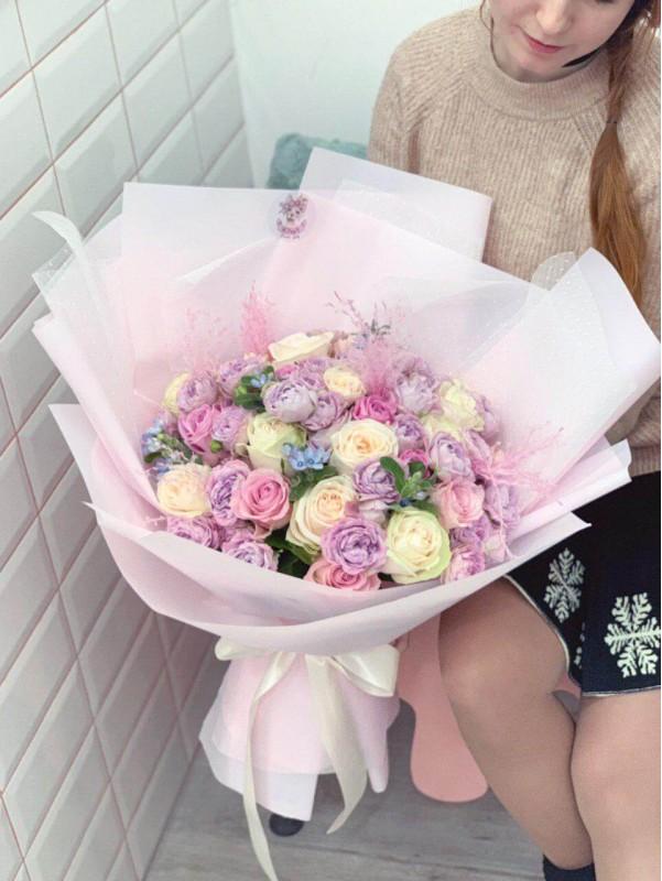 Комбинированный букет в упаковке 'Pink tenderness' от Kiwi Flower Shop