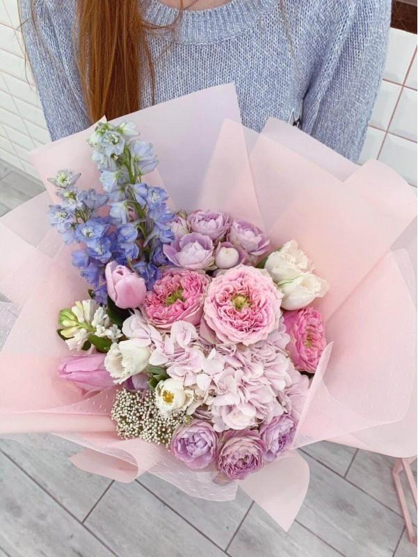 Комбинированный букет в воздушной упаковке 'Spring kiss' от Kiwi Flower Shop